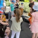 Rodzinna lekcja gry na gitarze szkoła muzyczna t.burton 4