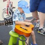 Rodzinna lekcja gry na gitarze szkoła muzyczna t.burton 6