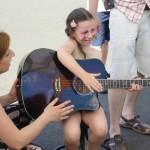 Rodzinna lekcja gry na gitarze szkoła muzyczna t.burton 7