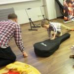 Rodzinna lekcja gry na gitarze szkoła muzyczna t.burton 11